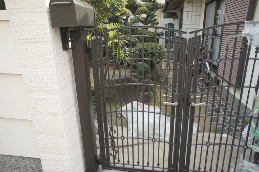 鋳物門扉の設置 (門扉:TOEX キャスティナ)