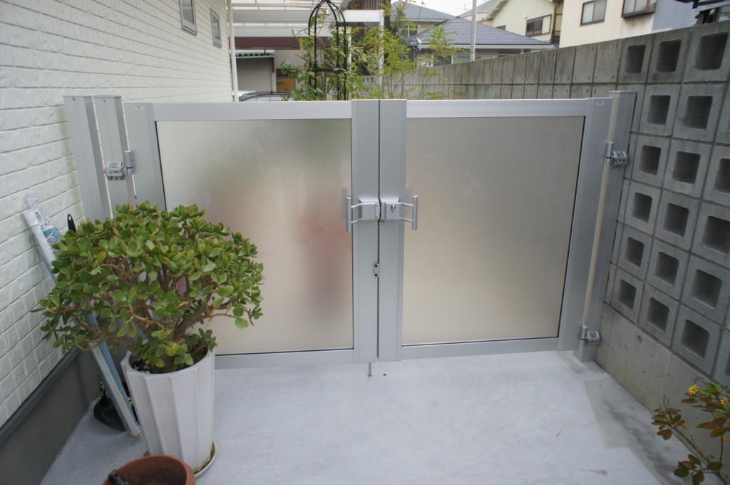 門扉の設置 (三協・カムフィエックス14型 両開き)