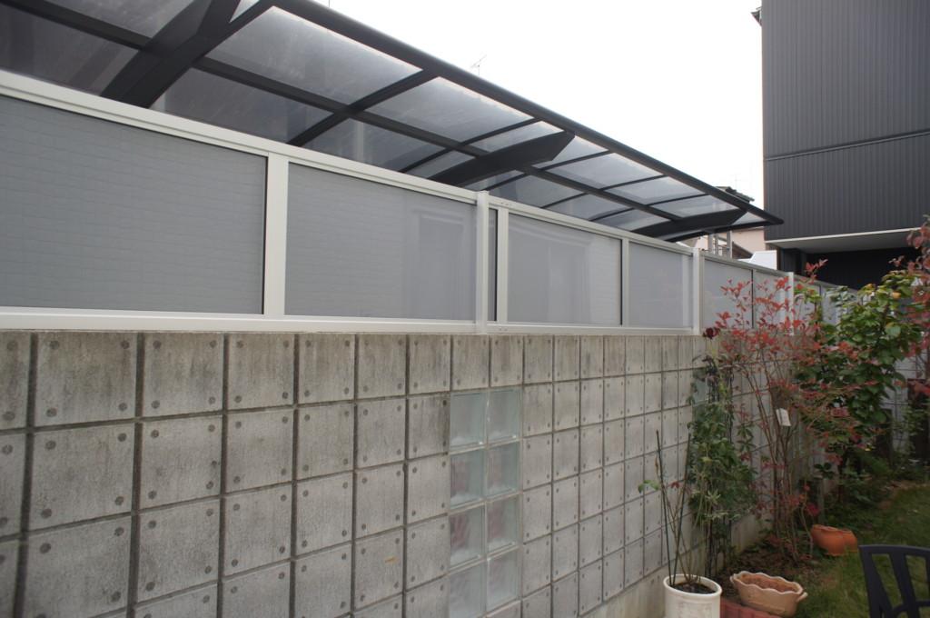 ブロック塀の上にポリカー板フェンス設置 (三協・カムフィエックス14型)