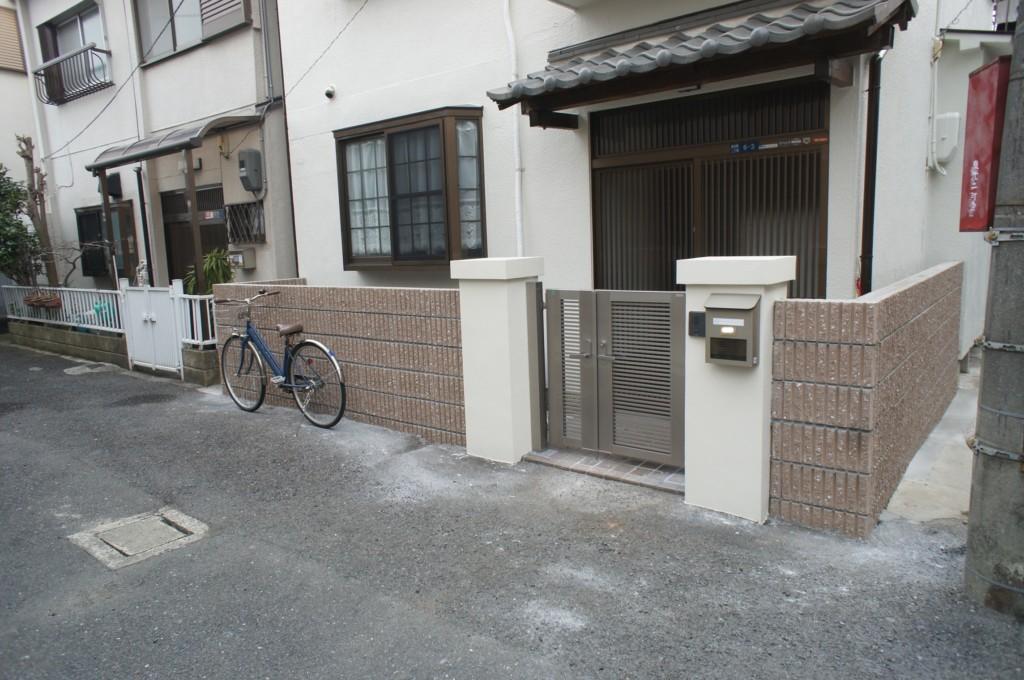 既存のブロック・フェンス・門扉を撤去、リブブロック積み・アルミ門扉を設置