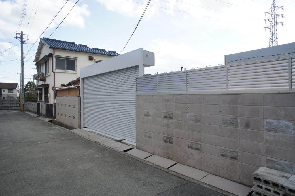 ブロック塀の上に目隠しフェンスを設置 (四国化成・クレディフェンス6型)