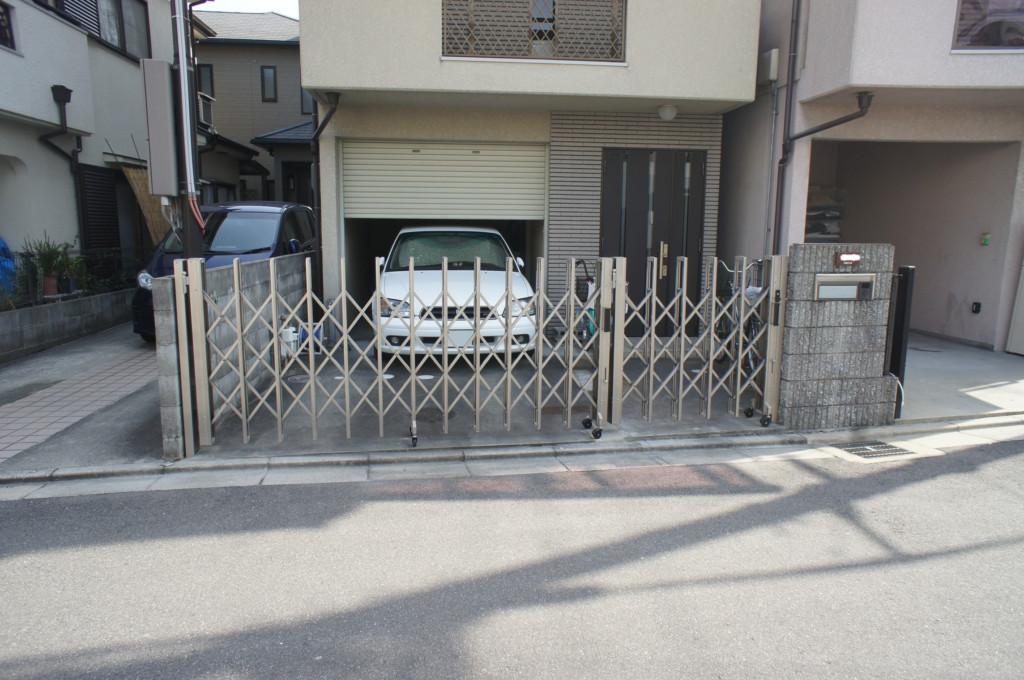 アコーディオン門扉の設置 (四国化成・ニューハピネスHG)