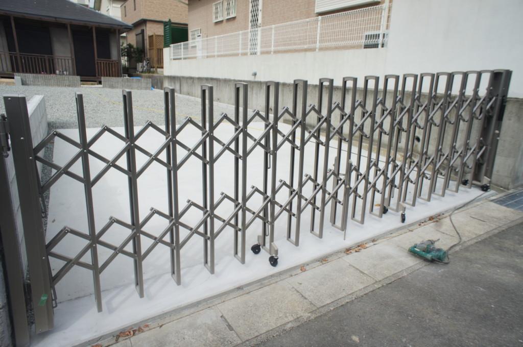 アコーディオン門扉の設置(四国化成・ニューハピネスHG 傾斜地タイプ)