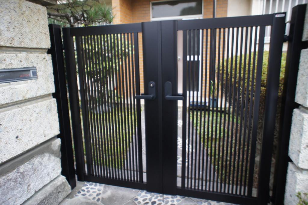 アルミ形材門扉の設置 (四国化成・クレディ門扉R2型)