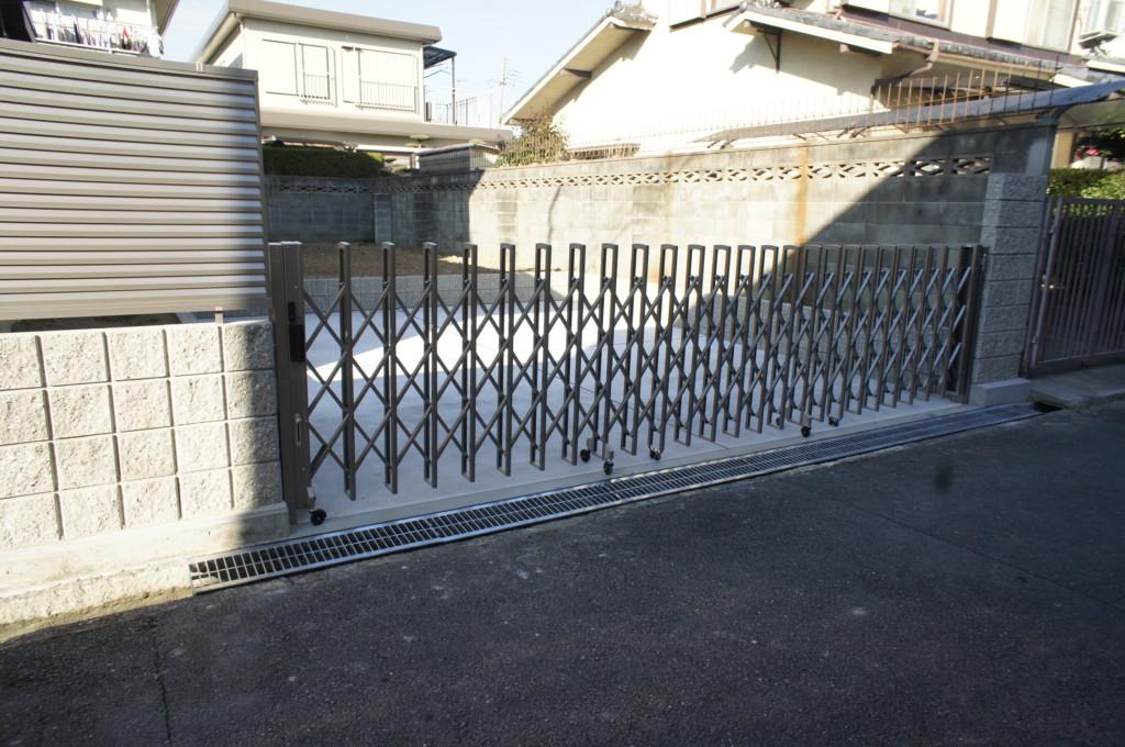 ガレージコンクリート工事(ガレージ外周ブロック施工)・アコーディオン門扉設置(四国化成・クレディアコー1型)