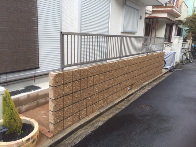 リブブロック積み・フェンス設置(四国化成・バリューフェンス1型)