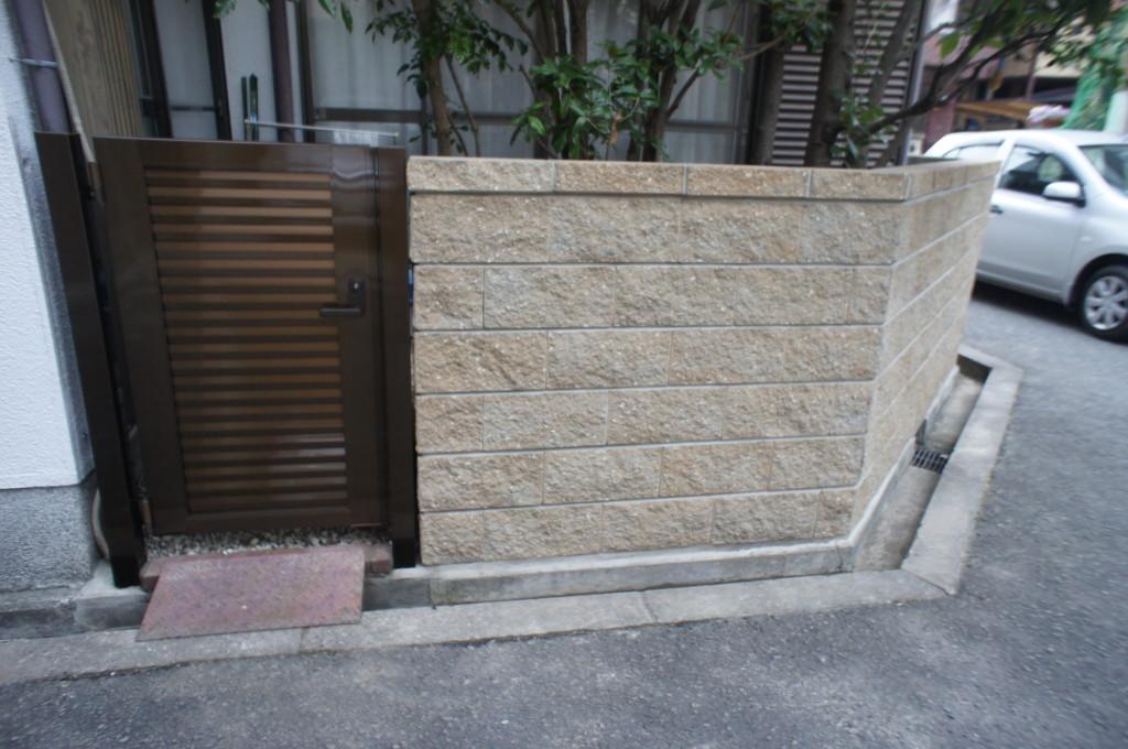アルミ形材門扉の設置・リブブロック積み (四国化成・クレディ門扉6型)