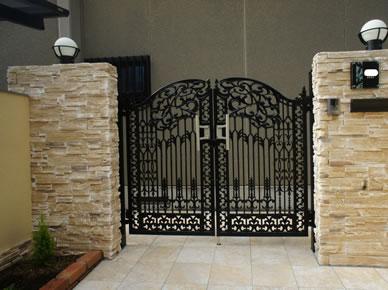 鋳物門扉の取付・門柱の設置  (門扉:新日軽)