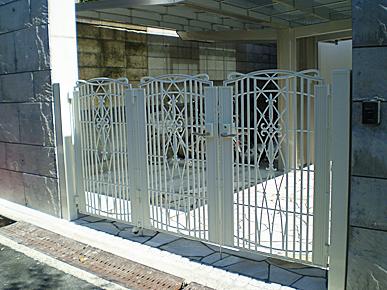 鋳物門扉の取付  (TOEX・キャスティナA型)