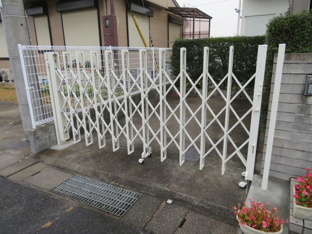 アコーディオン門扉(キャスター式)・メッシュフェンス設置