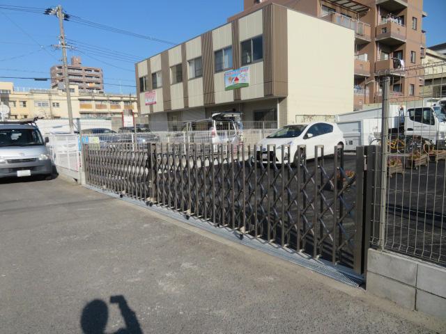 ネットフェンス撤去・ブロック2段積み・メッシュフェンス・アコーディオン門扉設置