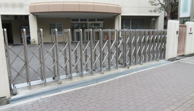 大型アコーディオン門扉設置
